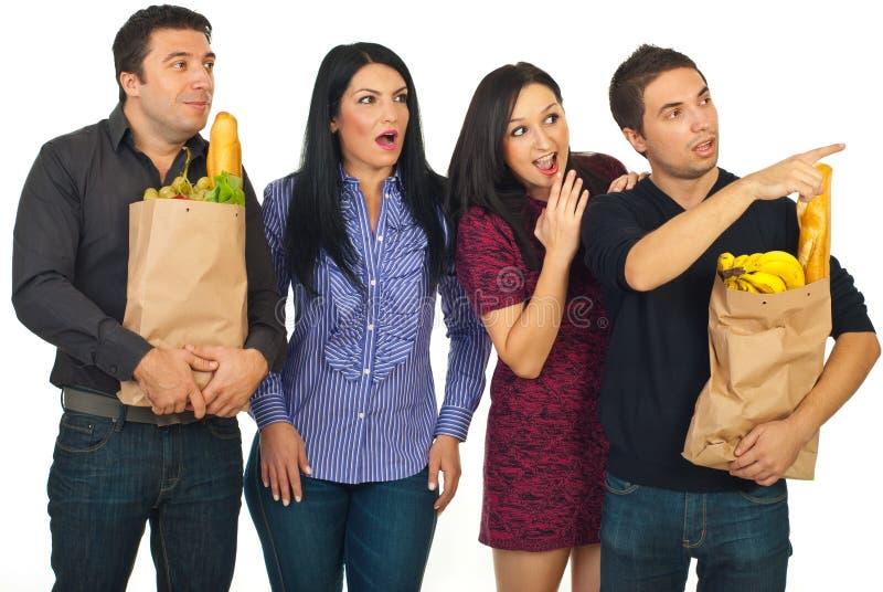 Überraschte Gruppe von Personen am Einkauf für Nahrung lizenzfreie stockfotos