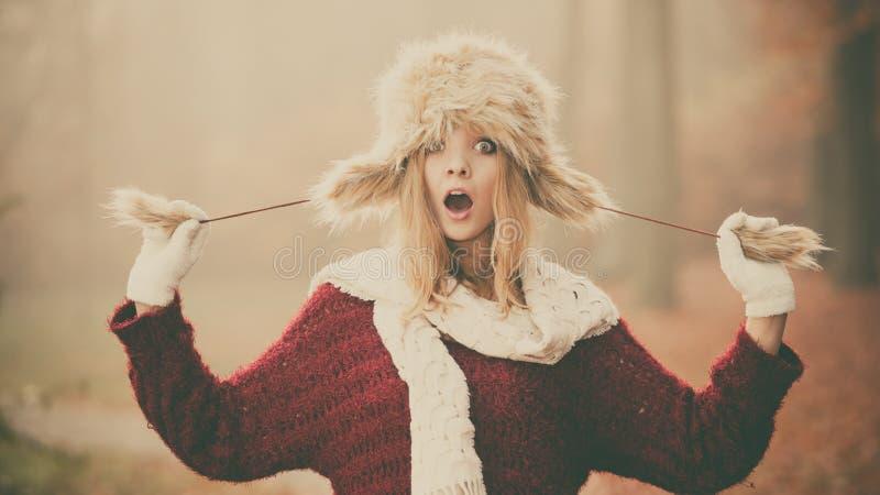 Überraschte hübsche Modefrau im Pelzwinterhut stockfotos