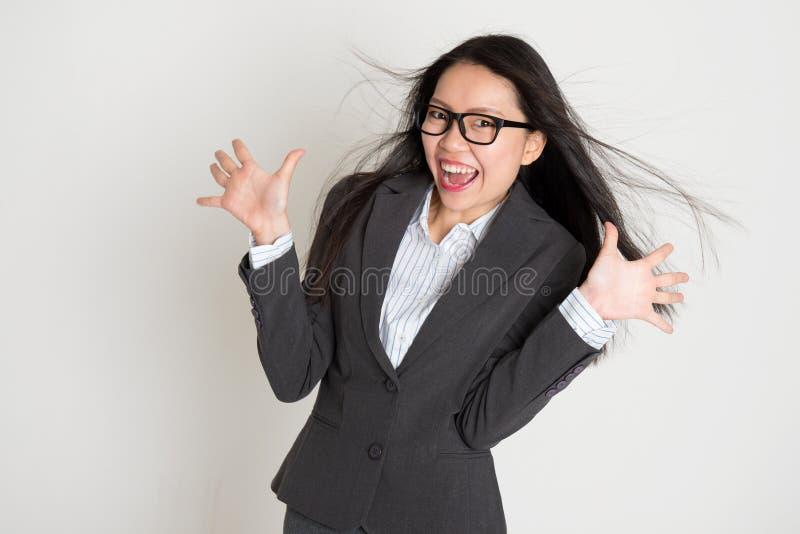 Überraschte junge asiatische Geschäftsfrau stockfoto