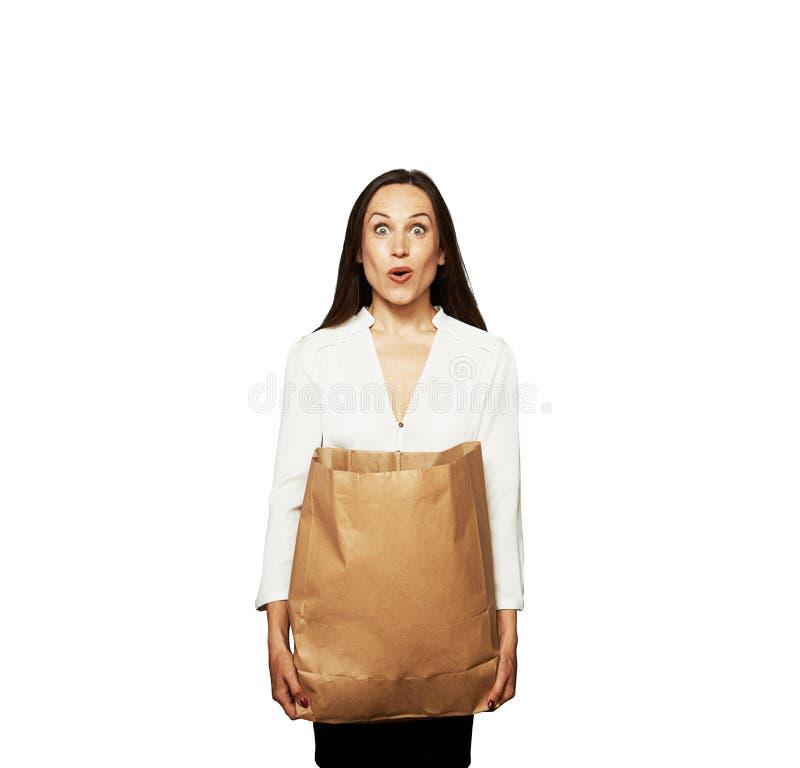 Überraschte Junge Frau Mit Tasche Stockfoto
