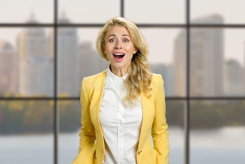 Überraschte junge glückliche Geschäftsfrau stockbild