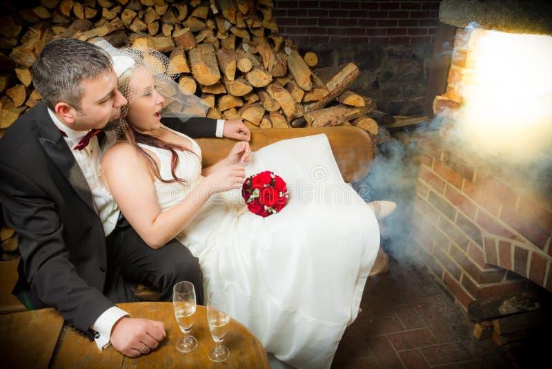 Überraschte junge Paare, die in der Frontseite sitzen stockbilder