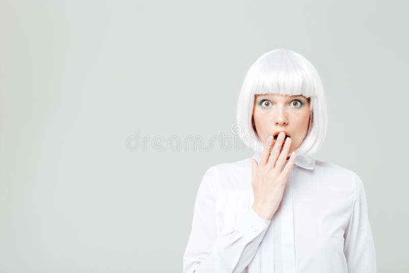 Überraschte recht junge Frau mit dem blonden Haar lizenzfreies stockfoto