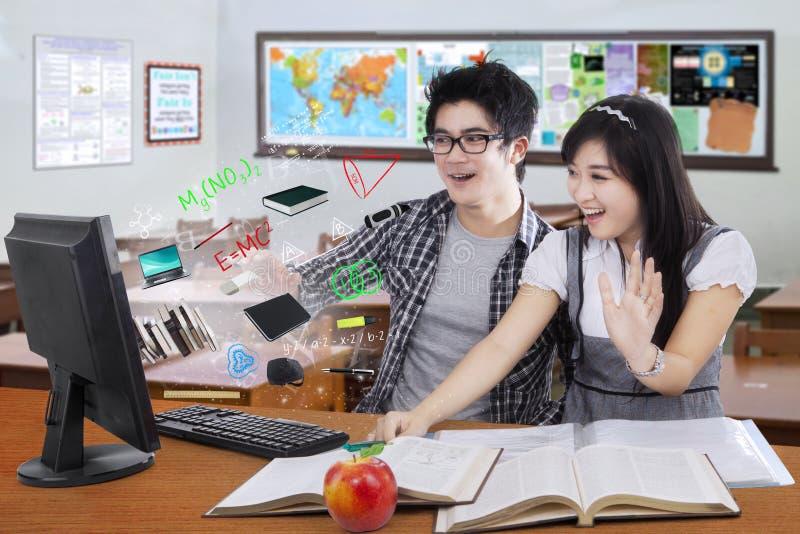 Überraschte Studenten, die den Bildschirm betrachten lizenzfreie stockfotos