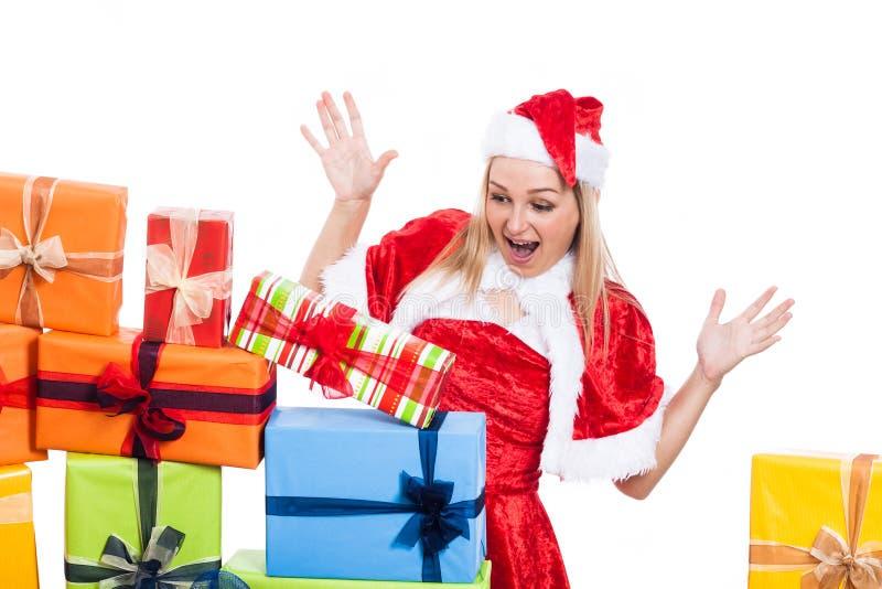 Überraschte Weihnachtsfrau, die Geschenke betrachtet lizenzfreie stockbilder