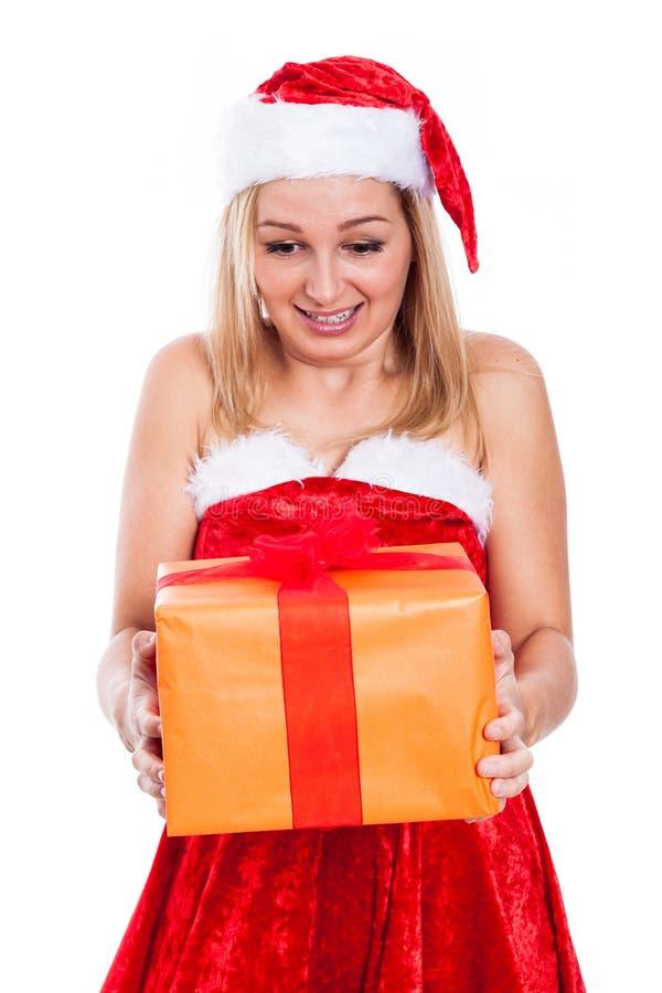 Überraschte Weihnachtsfrau mit Geschenk lizenzfreie stockfotos