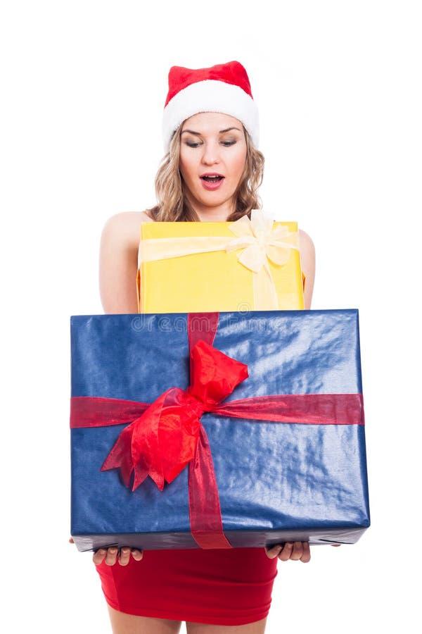 Überraschte Weihnachtsfrau mit Geschenken lizenzfreies stockfoto