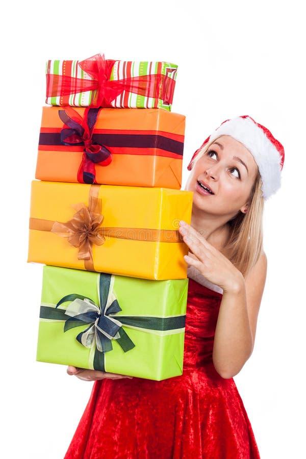Überraschte Weihnachtsfrau mit vielen stellt sich dar lizenzfreies stockfoto