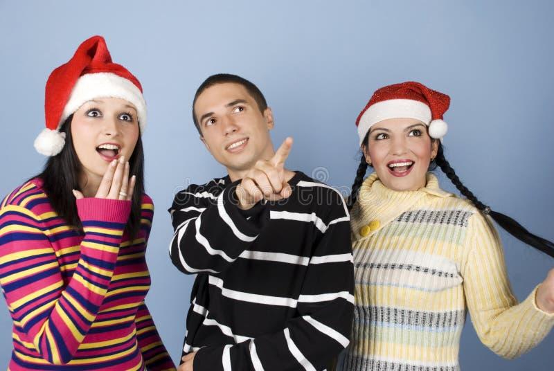 Überraschte Weihnachtsleutegesichter, die oben schauen stockfotos