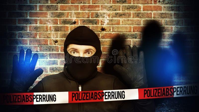 Überraschter Einbrecher stoppte wegen des blauen Polizeilichtes und nimmt seine Hände auf stockbild