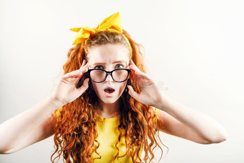 Überraschter Ginger Girl in den Gläsern lizenzfreie stockfotografie