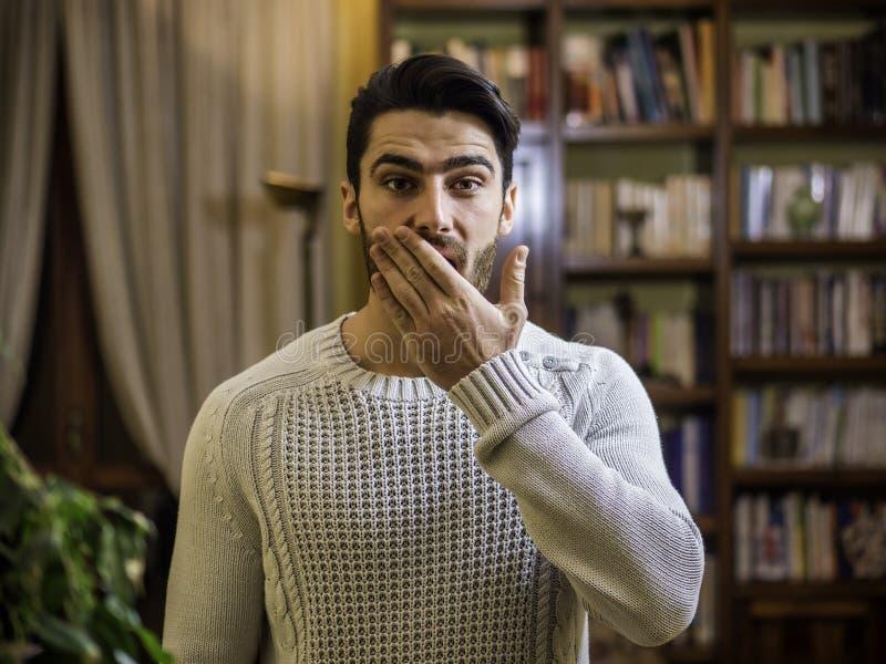 Überraschter, glücklicher hübscher junger Mann lizenzfreies stockfoto