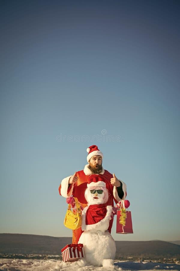 Überraschter Hippie im roten Kostüm auf blauem Himmel stockfotos