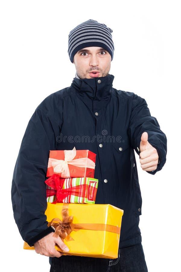 Überraschter Mann mit den Geschenkdaumen oben stockfotografie