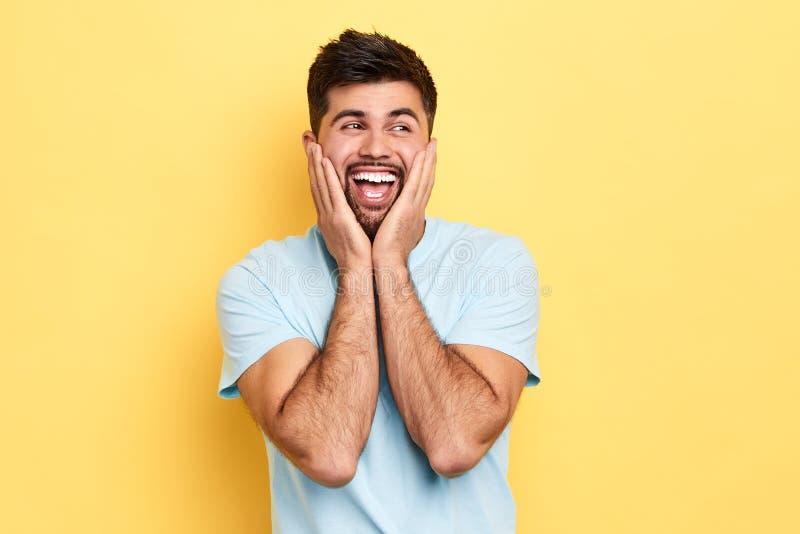 Überraschter positiver netter Mann in der Freizeitbekleidung schreiend in der Überraschung stockbilder
