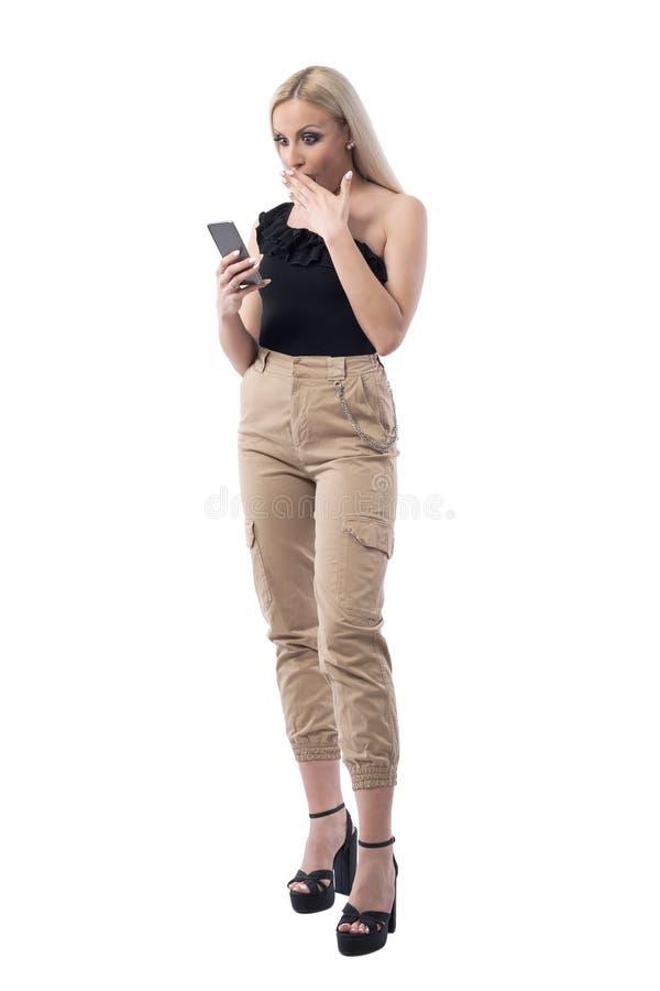 Überraschter und entsetzter Frauengrasenrabatt auf Einkaufssmartphone App lizenzfreie stockfotografie