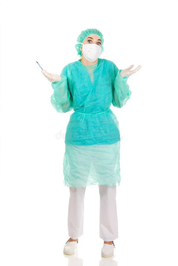 Überraschter weiblicher Chirurgdoktor mit einem Skalpell stockfotos