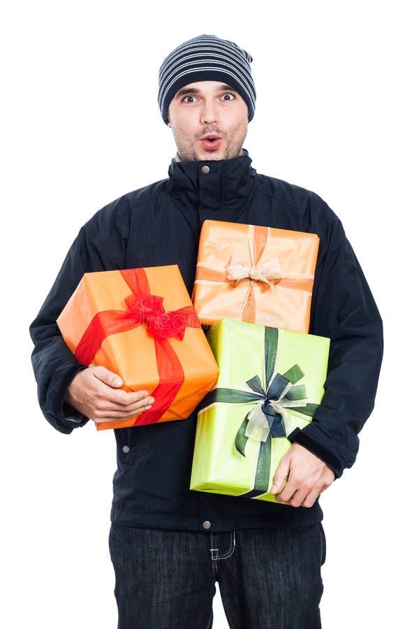 Überraschter Wintermann mit Geschenken stockbild