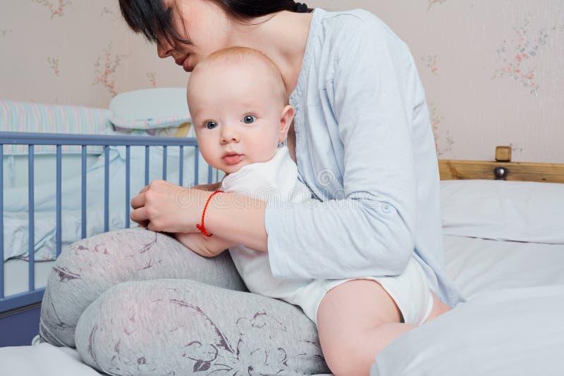 Überraschtes Augenbaby Meine Mutter interessiert sich für das Kind im Raum O lizenzfreies stockbild