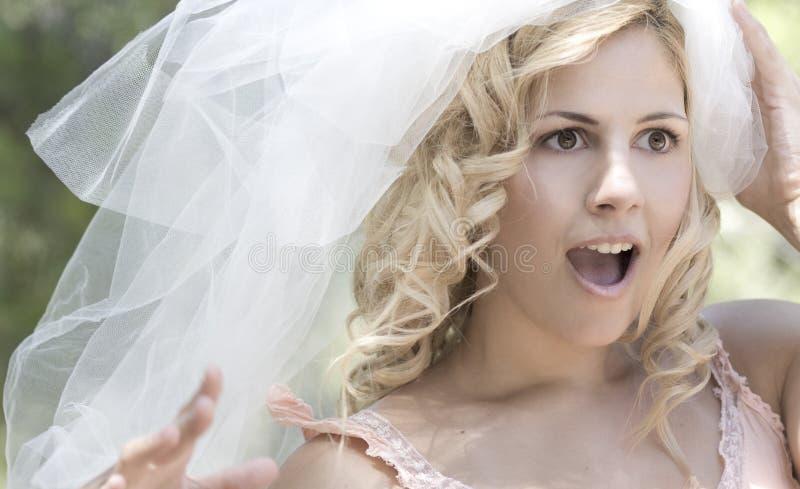 Überraschtes Brautportrait stockfoto
