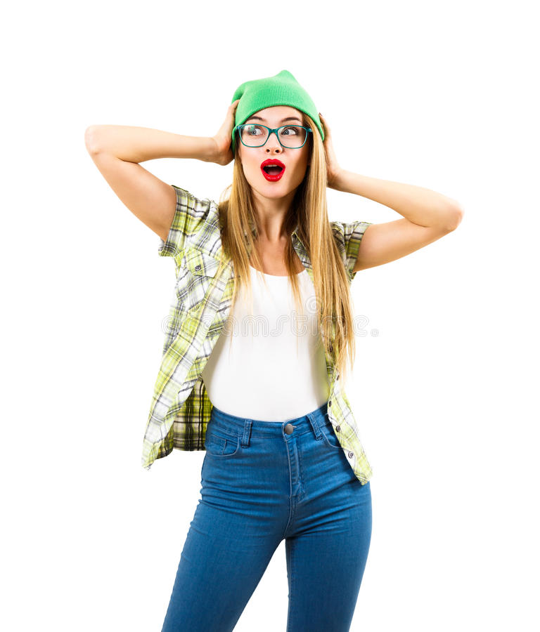 Überraschtes Hippie-Mädchen-Händchenhalten auf ihrem Kopf lokalisiert stockbild