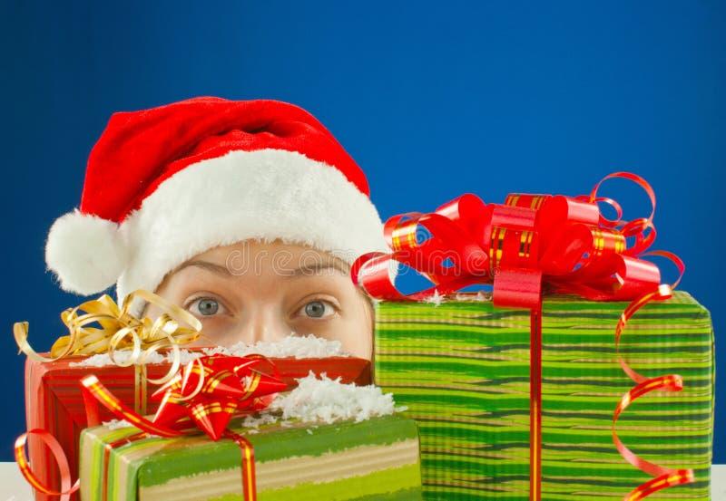 Überraschtes jugendlich Mädchen und Weihnachtsgeschenke stockbild