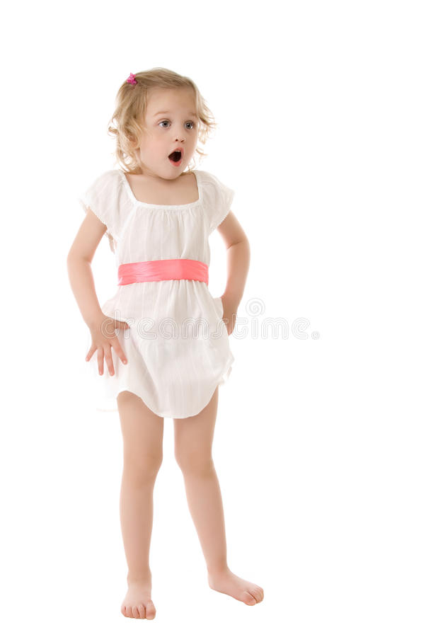 Überraschtes kleines Mädchen, das auf weißem Hintergrund steht stockfotos