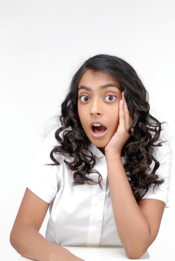 Überraschtes Mädchen über weißem Hintergrund stockbild