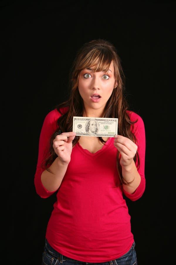 Überraschtes Mädchen, das alte Rechnung anhält lizenzfreie stockbilder