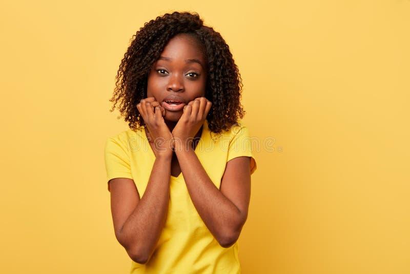 Überraschtes Mädchen hat vor etwas Angst lizenzfreies stockbild