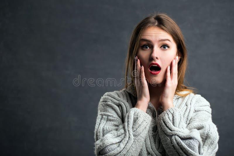 Überraschtes Mädchenporträt lizenzfreie stockfotografie