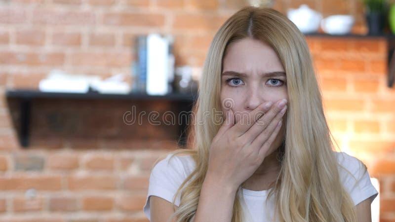 Überraschtes und entsetztes Mädchen, großer Ausfall, schlechte Ergebnisse stockfotos