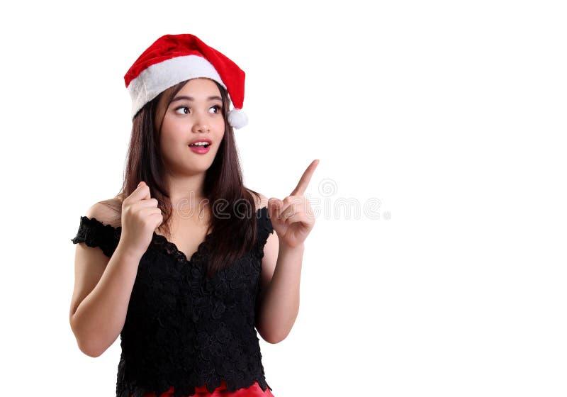 Überraschtes Weihnachtsmädchen, das auf copyspace zeigt lizenzfreies stockbild