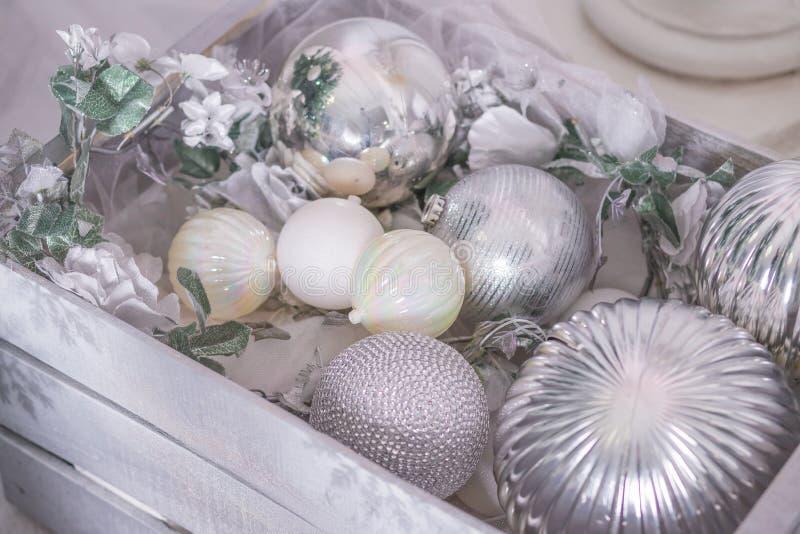 Überraschung des neuen Jahres in einer Holzkiste Dekorationen des neuen Jahres, Schneeflocken, silberne Bälle Feiertagsmuster Sil stockfoto