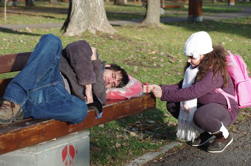 Überraschung für einen Obdachlosen lizenzfreie stockbilder