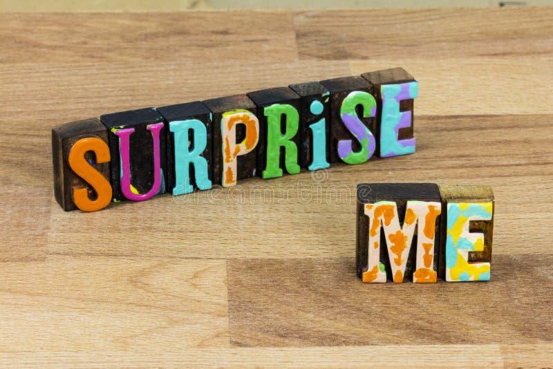Überraschung mich aufgeregt Ausdruck lustige Reaktion angenehmes Glück stockfotografie