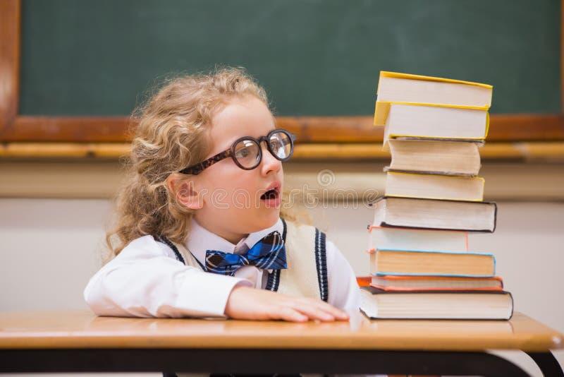 Überraschungsschüler, der Bücher betrachtet stockbilder