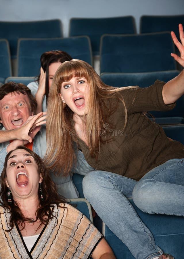 Überreagieren jugendlich im Theater lizenzfreie stockfotos