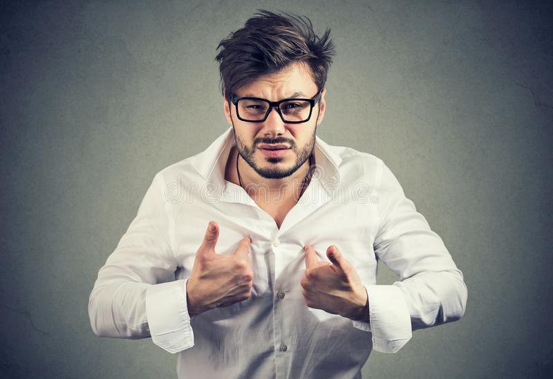 Überreagierender Mann, der auf in der Handlung zeigt lizenzfreie stockfotos
