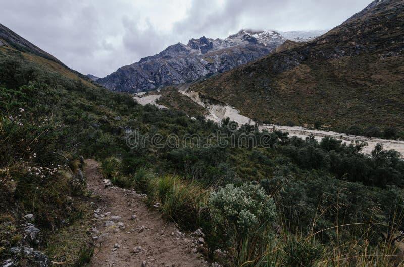 Überreste einer Lawine im Tal zusammen mit einem Pfad und einer Vegetation, in der Trekking der Santa Cruz Schlucht zwischen den  stockfotos