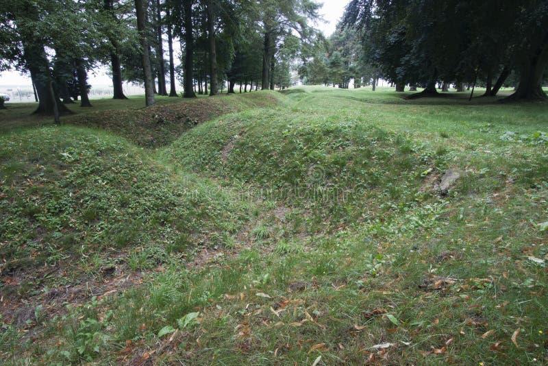 Überreste eines Grabens stockfotos