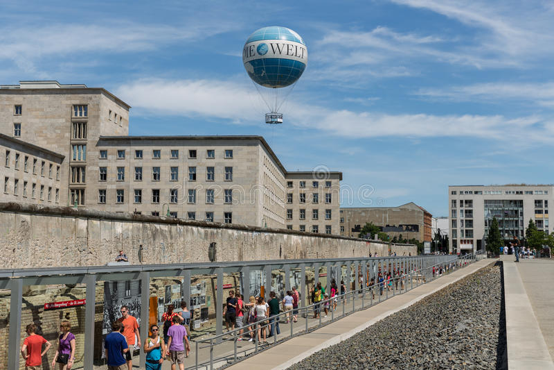 Überreste von Berlin Wall und von Borten-Ballon stockfotografie