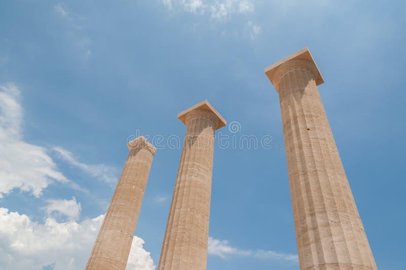 Überreste von Spalten in der griechischen dorischen Säulenordnung Zeigen in Richtung zum blauen Himmel Griechenland stockbild