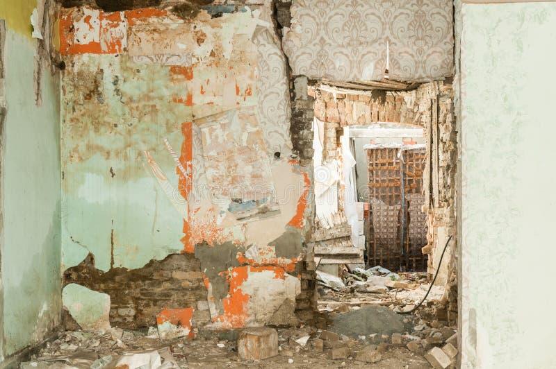 Überreste von verlassen geschädigter und zerstörter Hausinnenraum durch die Granate, die mit eingestürztem Dach und Wand im Krieg lizenzfreie stockfotografie