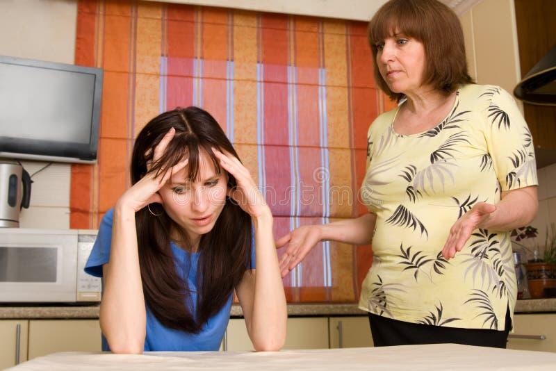 $überschneidung zwischen Mama und Tochter. Serie stockfotografie