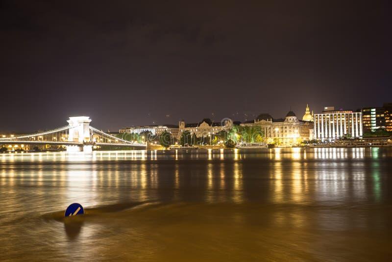 Überschwemmen Sie in Budapest, Verkehrsschild herein einen schnell fließenden Fluss lizenzfreie stockbilder