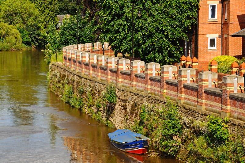 Überschwemmen Sie Verteidigungswand entlang dem Fluss-Ypsilon, Hereford stockbilder