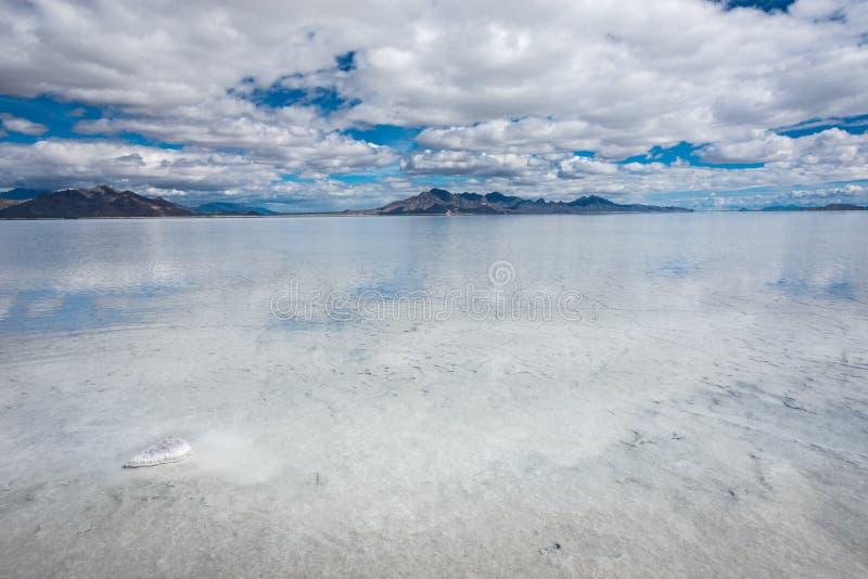 Überschwemmte Bonneville-Salz-Ebenen in Utah schaffen eine Spiegelreflexionsszene auf dem Wasser und schauen surreal stockbild