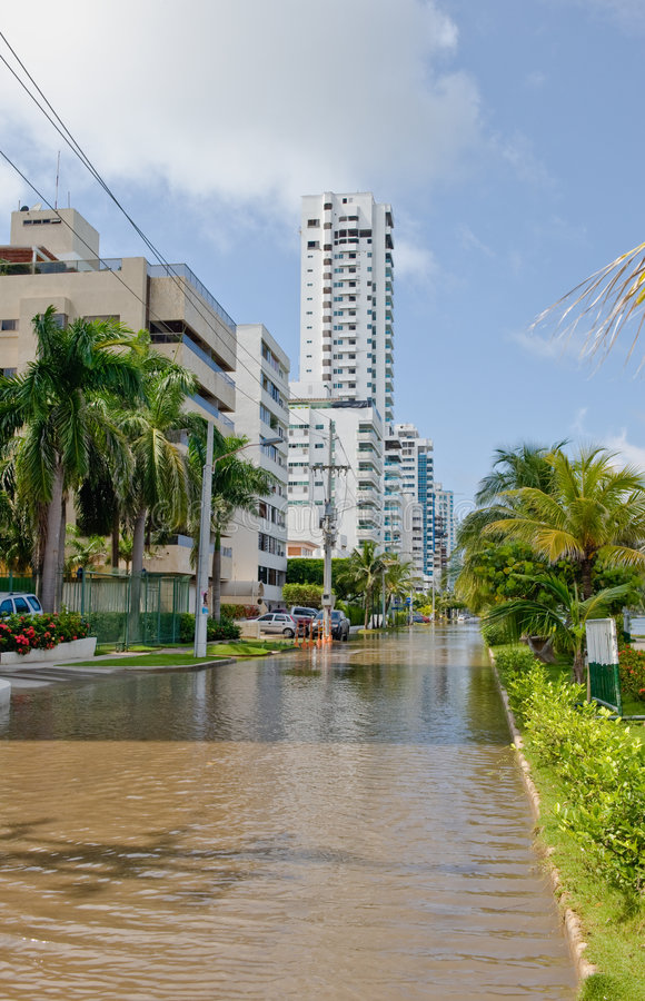 Download Überschwemmte Stadtstraße stockbild. Bild von unfall, gefüllt - 9095779