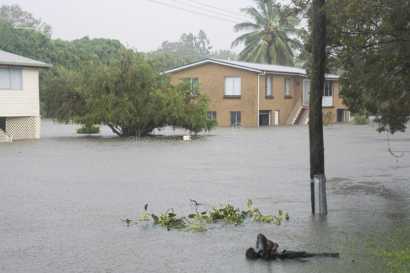 Überschwemmte Straße nach Wirbelsturm Debbie stockfoto